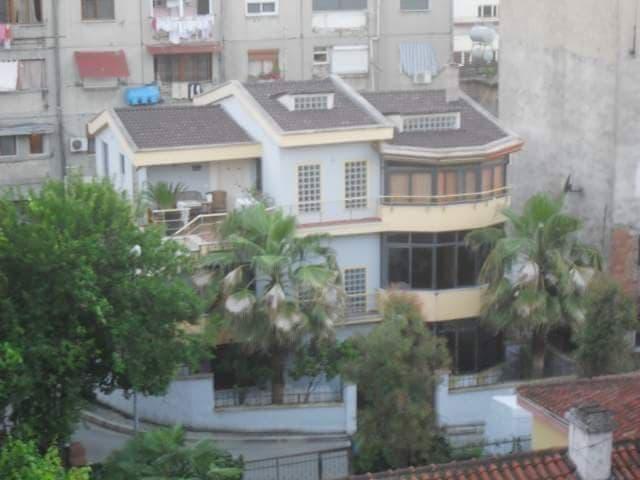 Jepet me qera vile me 3 kate ne Kombinat, Tirane.