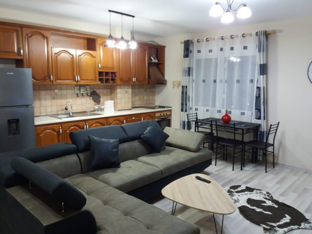 Jepet me qera apartament 1+1 prane rr. se Kavajes, Tirane.