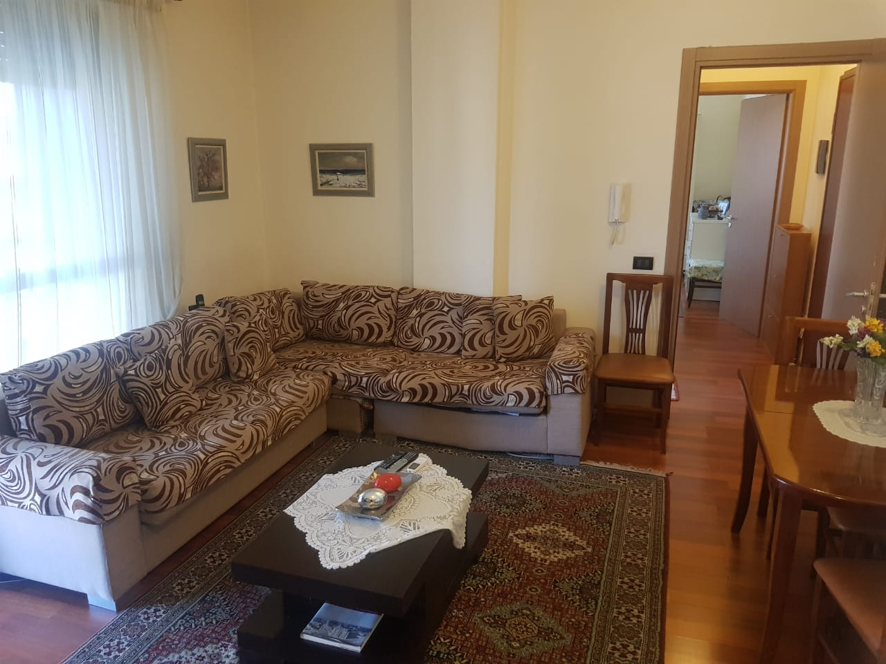 Jepet me qera apartament 1+1 prane Pazarit te Ri, Tirane.